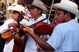 Mùsicos_tocando_la_mùsica_tradicional_de_la_Huasteca_en_el_Festival_Xantolo_2013.